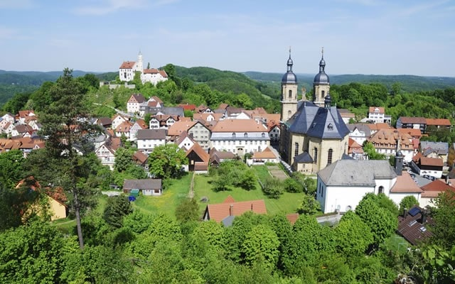 dorpsaangezicht op de heuveltoppen